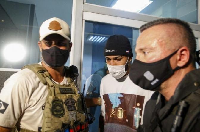 Gabigol e MC Gui são detidos em cassino clandestino de SP; vídeo