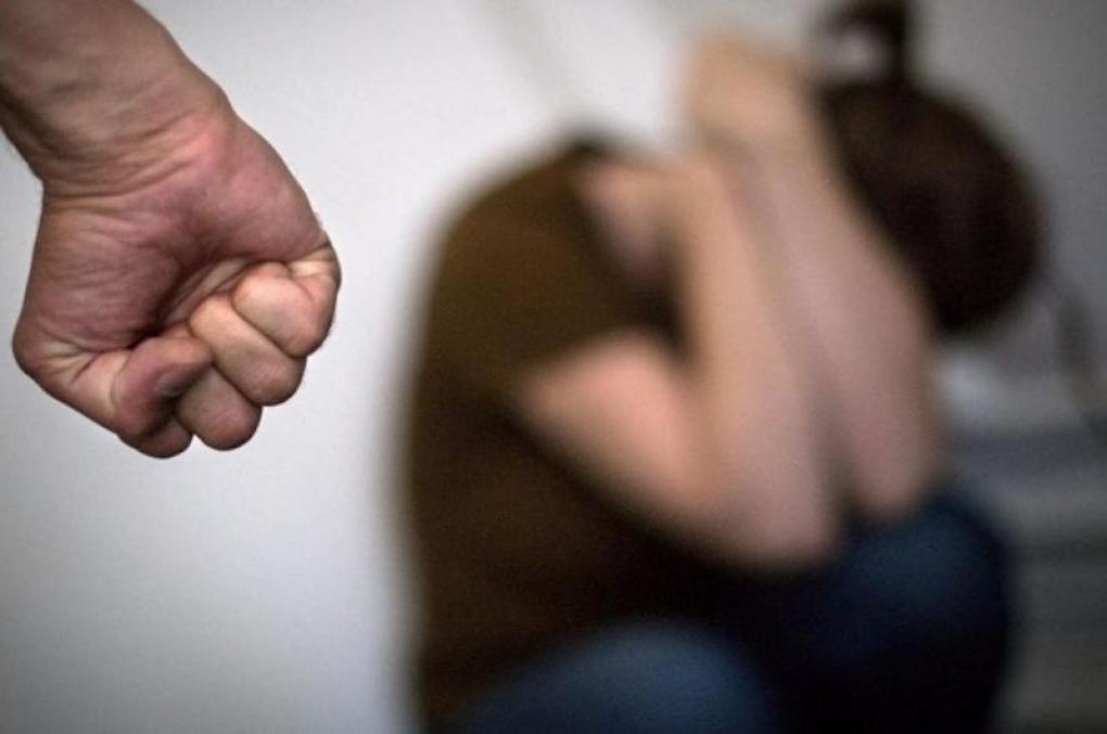 O que o policial deve fazer para evitar que o agressor de violência doméstica seja solto pelo juiz?