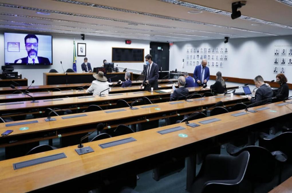 No grito, deputadostentam impedir fala de delegado da PF na Câmara
