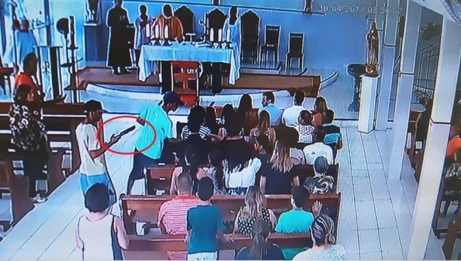Criminosos realizam arrastão em igreja durante celebração de missa