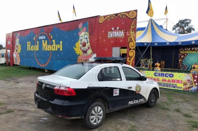 O circo completo de polícia no curioso mundo da redundância