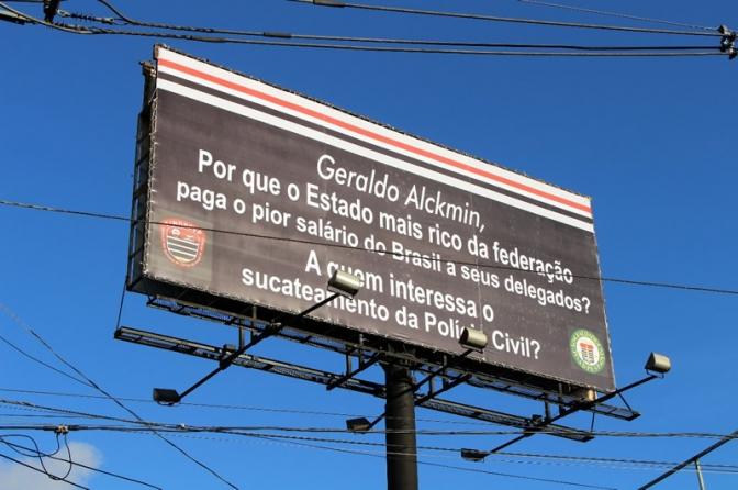 Outdoor na chegada a São Paulo indaga Alckmin do sucateamento da Polícia Civil